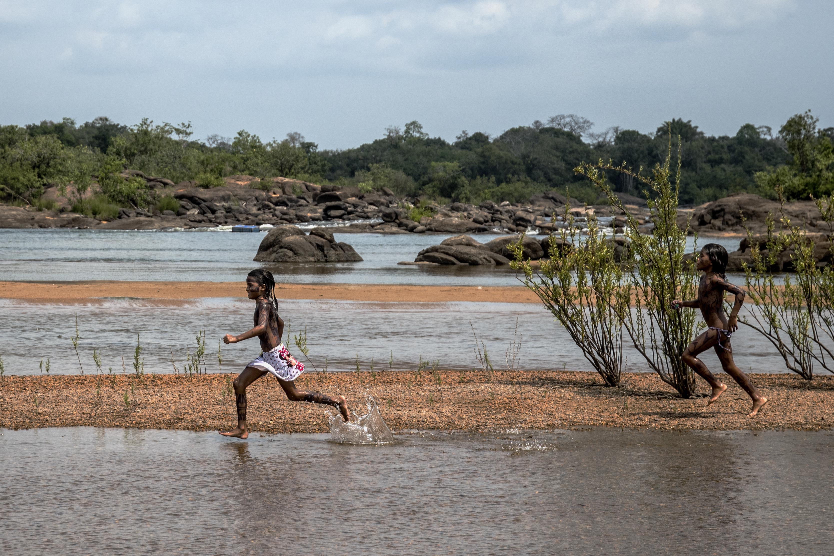 Juruna (Yudja) chidren playing at Miratu village, Big Bend of the Xingu River